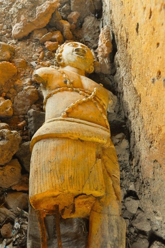 Estatua del antiguo sacerdote