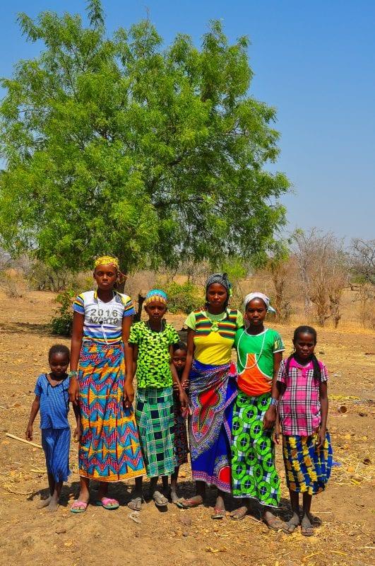 Coloridas chicas Fulani posando