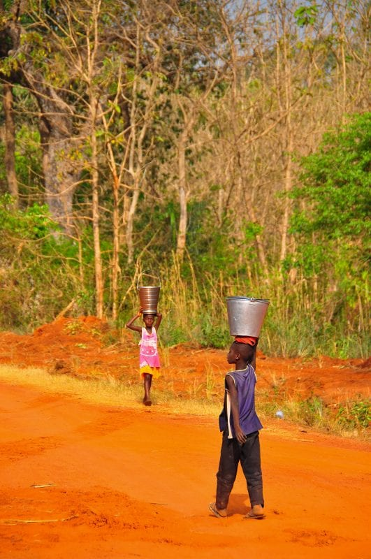 Niños transportando agua
