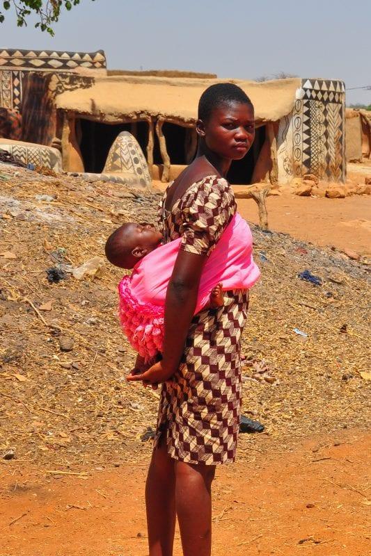 Joven con bebe a la espalda