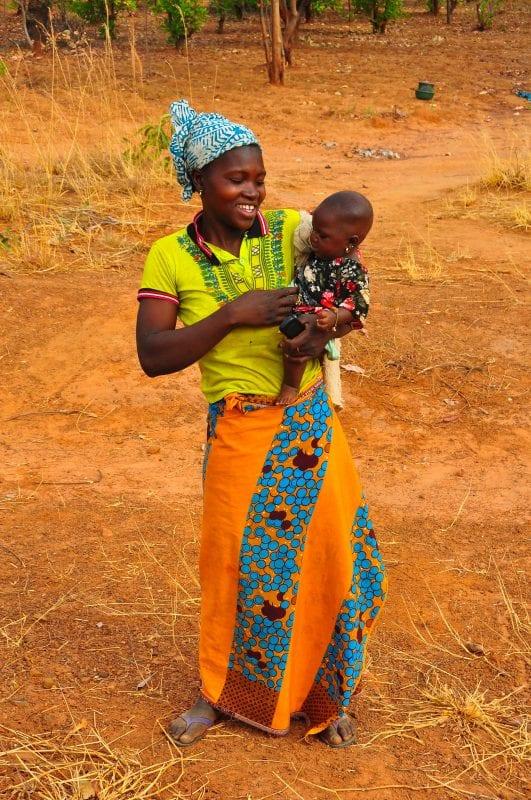 Mujer con hijo en Toumousseni