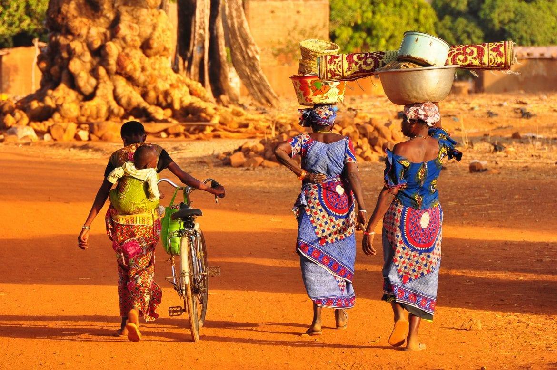 Mujeres paseando por el mercado