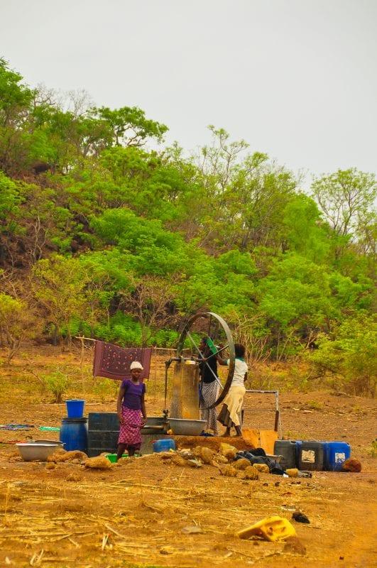 Niñas sacando agua de un pozo
