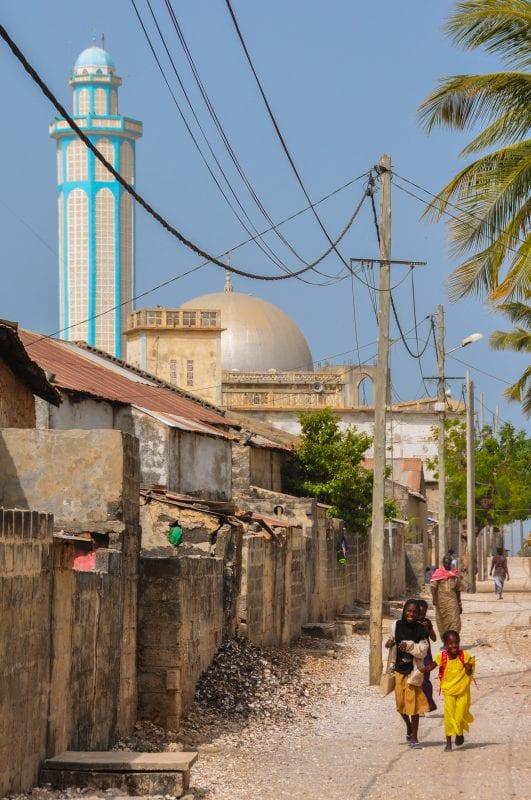 Calle y mezquita de Dionewar